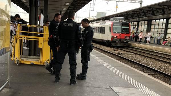 Die Polizei steht schon beim Bahnhof Aarau bereit.