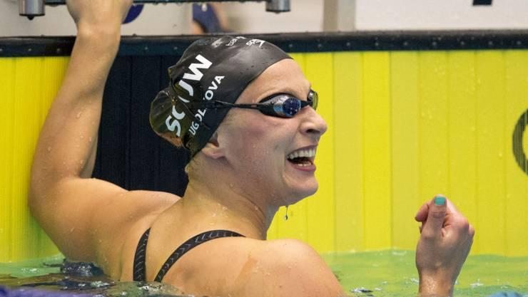 Maria Ugolkova freut sich nach ihrem Schweizer Rekord über 100 m Crawl