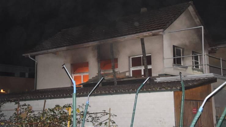 Am späten Abend ist dieses Haus in Balsthal in Brand geraten.
