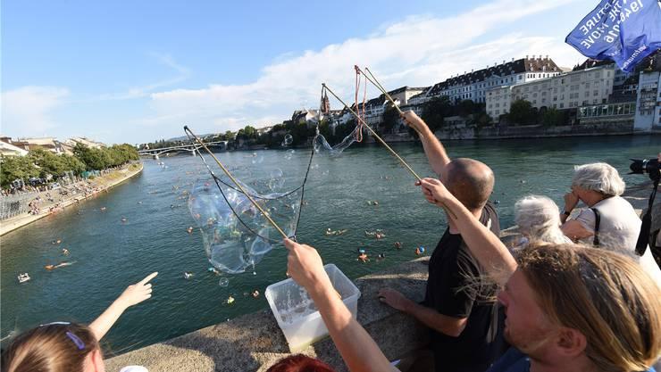 Jubel und Seifenblasen: Die Schaulustigen auf der Mittleren Rheinbrücke begrüssen die Flussbadenden wie Olympia-Sieger.