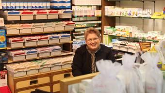 So kennt man sie: Maja Fabich-Stutz sitzt in der Drogerie und hat ein offenes Ohr für ihre Kunden.