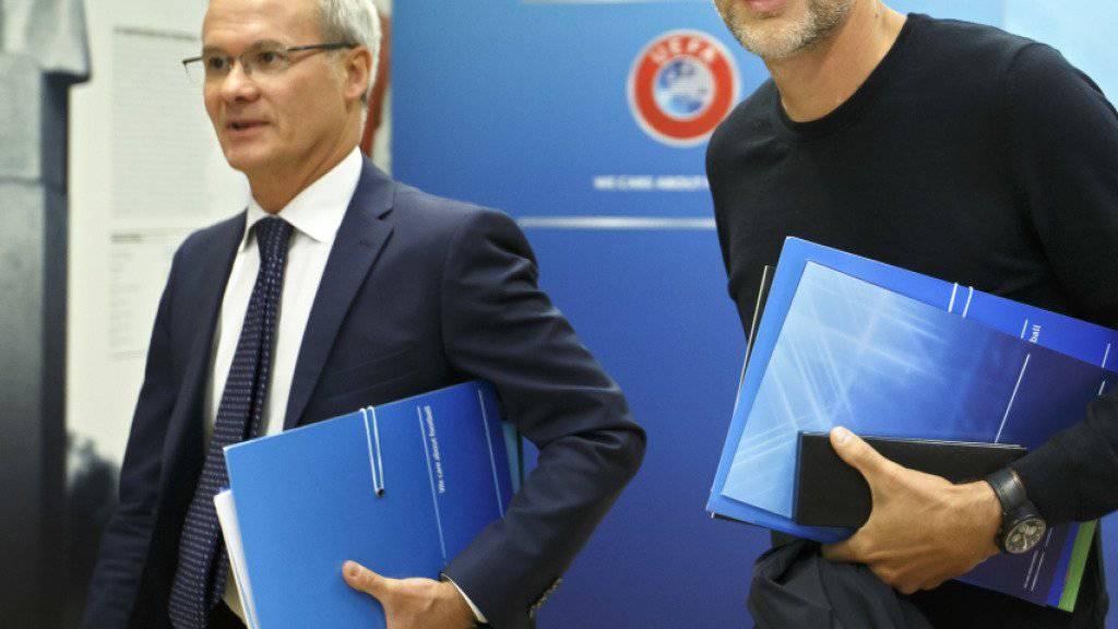 PSG-Coach Thomas Tuchel (rechts) wird in Nyon mit einigen seiner Trainerkollegen bei Giorgio Marchetti, dem stellvertretenden UEFA-Generalsekretär, vorstellig