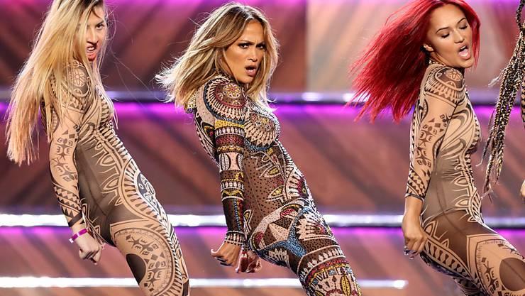 Singen und tanzen kann sie schon lange, dennoch wirkte Jennifer Lopez (M) noch nie in einem Musical mit. Das wird sich demnächst ändern. (Archivbild)