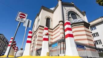 Neue Poller vor der Synagoge