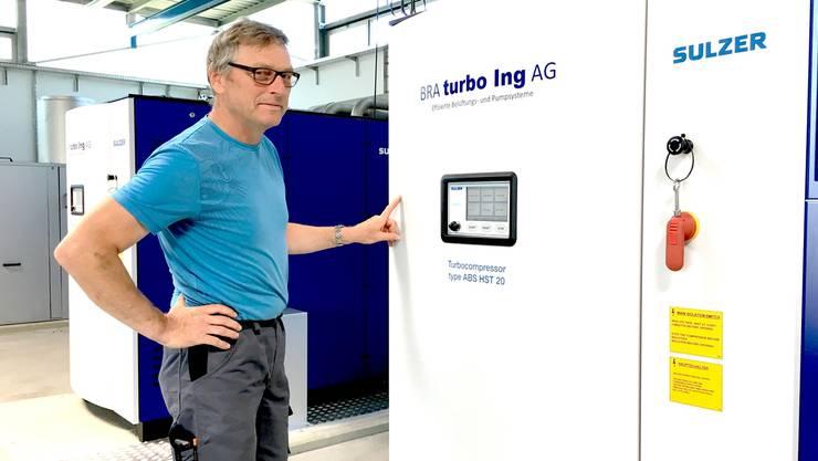 Betriebsleiter Stefan Irniger zeigt die neuen Turbogebläse für die Belüftungsbeckenimbiologischen Teil der ARA.