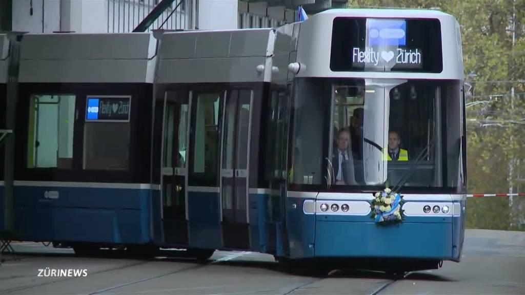 Flexity-Tram tuckert zum ersten Mal durch Zürich