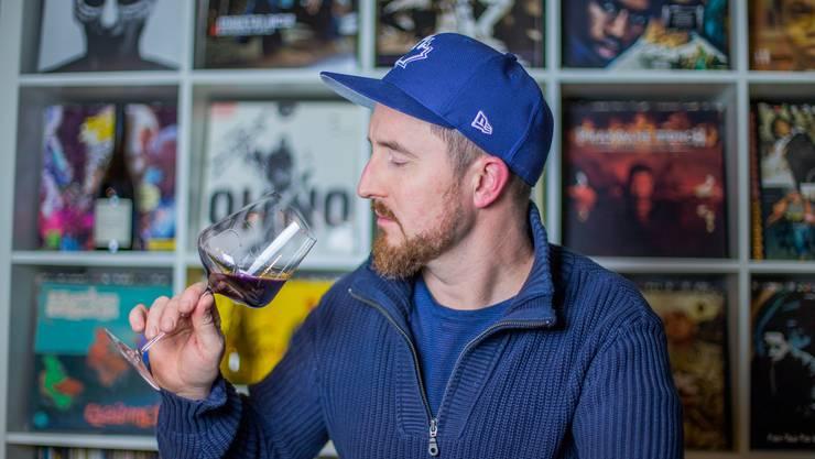 Joël Gernet beim Wein degustieren. (Archivbild)