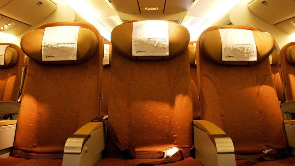 Zwei Sitznachbarn haben sich während eines Fluges von Sydney nach Singapur eine wüste Prügelei geliefert. (Symbolbild)