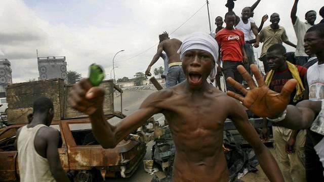 Anhänger von Ouattara verbrennen in Abidjan Reifen und blockieren Strassen, um Truppen von Gbagbo zu stoppen