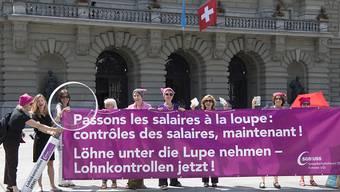 Frauen fordern auf dem Bundesplatz Lohngleichheit. Bisher wollte eine Mehrheit des Ständerates nichts unternehmen. (Archivbild)