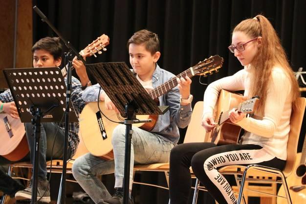 Hatten ihre ersten Auftritte: Das Modern Sound Ensemble und das Gitarren-Ensemble der Musikschule Eigenamt.