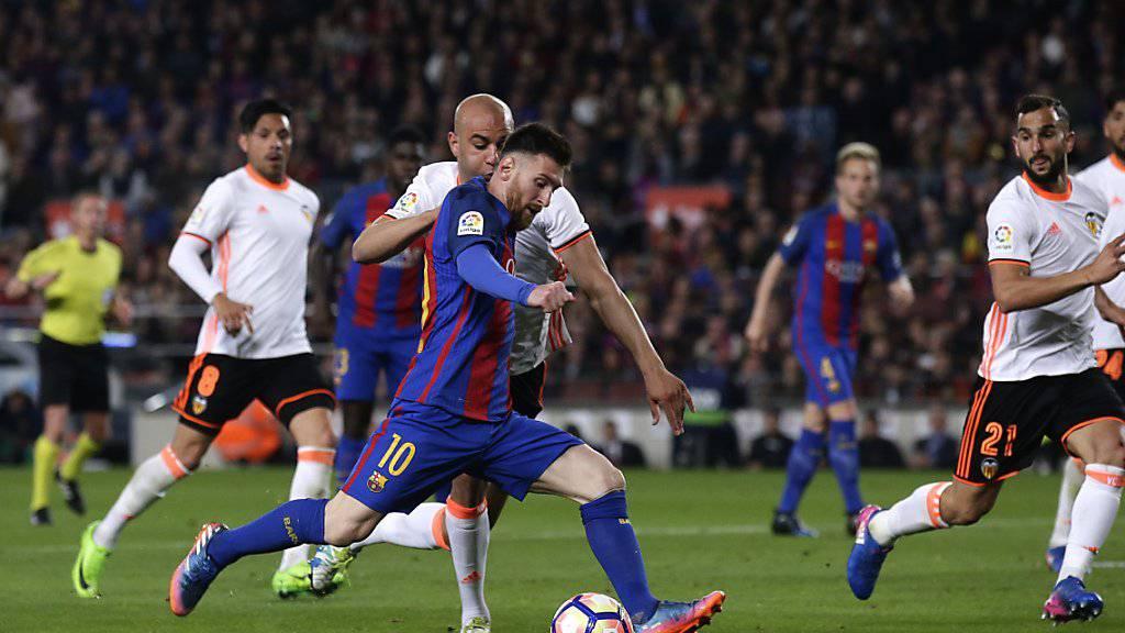 Lionel Messi zieht ab und trifft für den FC Barcelona