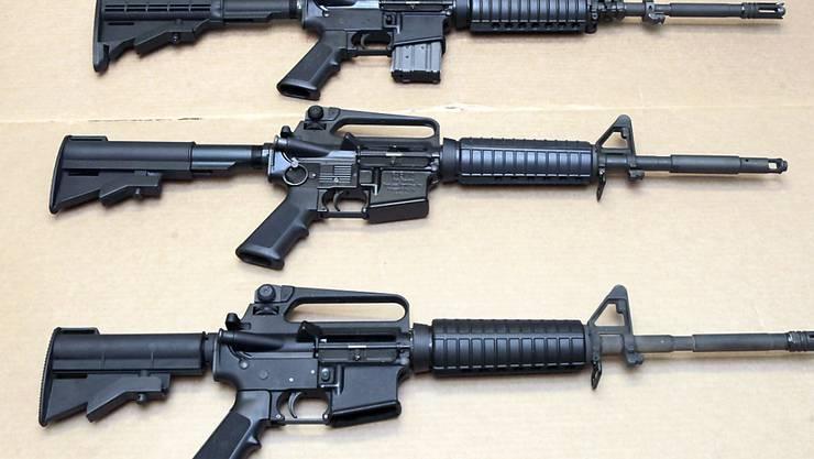 Der US-Waffenhersteller Colt will vorerst keine Sportgewehre mehr produzieren. Darunter ist auch das halbautomatische AR-15-Gewehr für den zivilen Gebrauch, das oft bei Massakern verwendet wird. (Archiv)