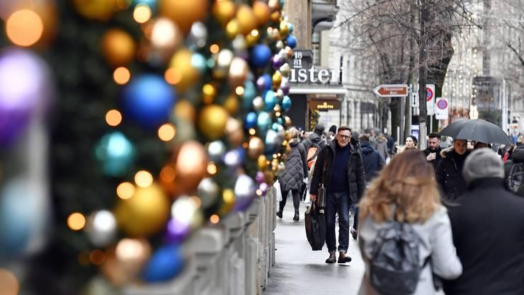 Besonders vor Weihnachten klingeln im Sonntagsverkauf die Kassen. Davon profitieren sollen nun alle Betriebe, nicht nur Geschäfte. (Symbolbild)