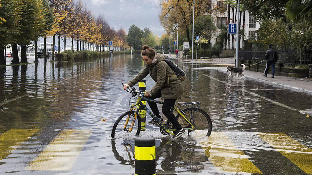 """""""Wasserrad Fahren"""" auf einer überschwemmten Strasse in Locarno."""
