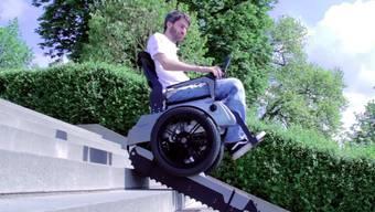 Studenten der ETH Zürich und der ZHdK haben einen Rollstuhl entwickelt, der Treppen steigen kann.
