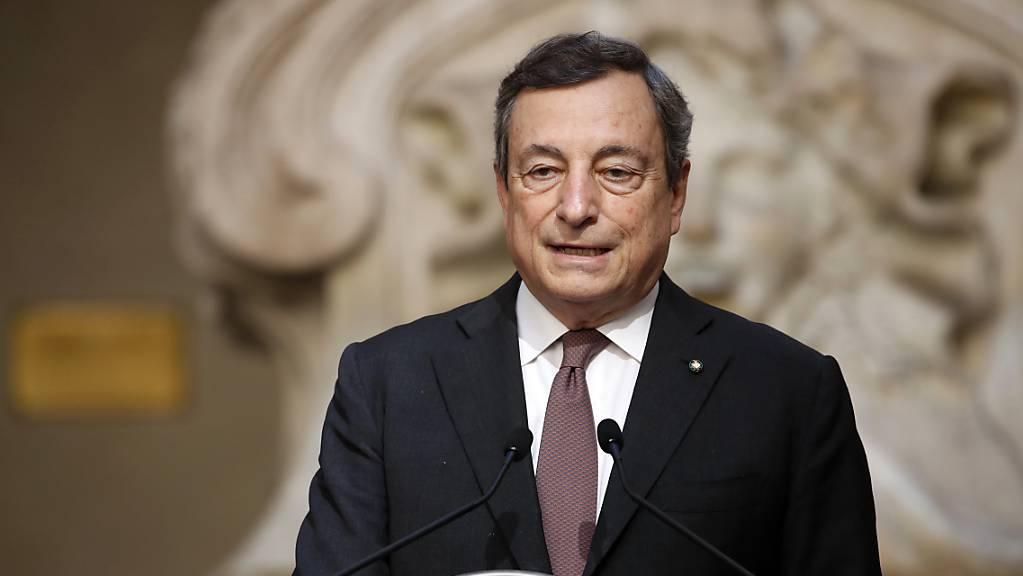 Italiens Ministerpräsident Mario Draghi spricht im Palazzo Chigi.