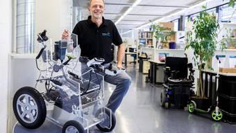 Geschäftsführer Kurt Stump in den Räumlichkeiten der Curtis Instruments AG und mit einem Spezial-Modell eines Elektro-Rollstuhls.