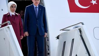Der türkische Präsident Recep Tayyip Erdogan (R) und seine Gattin Emine Erdogan verlassen das Flugzeug, das sie zum dreitägigen Staatsbesuch nach Deutschland brachte