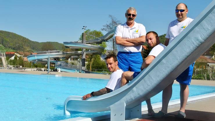 Paul Gürtler (2. von links) kann von Musiklärm in seiner Badi ein Lied singen.