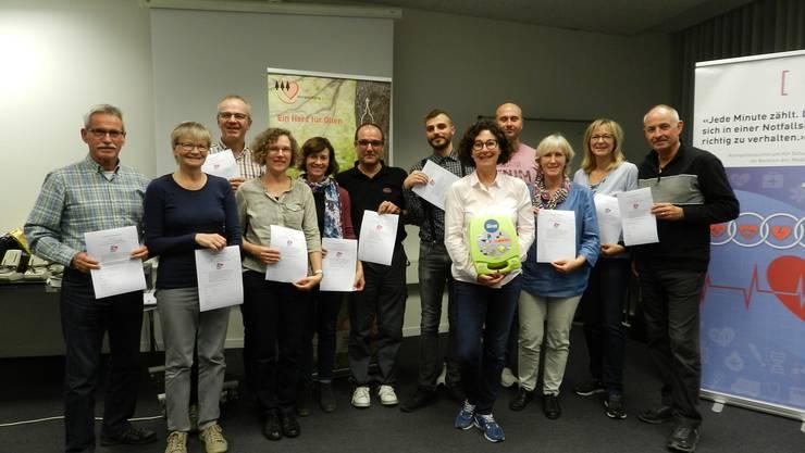 Die ersten ausgebildeten Ersthelfer mit Kursleiterin Gaby Vogler, Praevo GmbH (5. von rechts)
