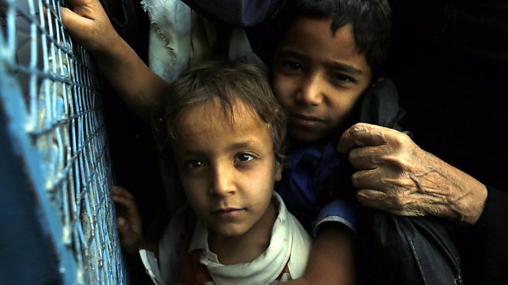 Kinder warten in Sanaa auf Nahrungsmittelhilfe (Archiv)