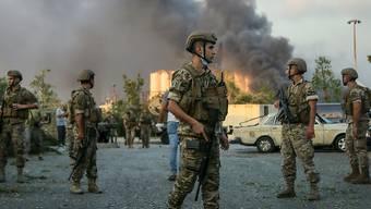Soldaten stehen in der Nähe des Ortes einer Explosion am Hafen von Beirut. Foto: Marwan Naamani/dpa