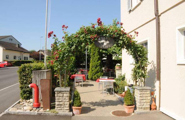 In der Gartenbeiz flattern eine Woche nach der Schliessung rote Tischtüchter im Wind – so als ob der Betrieb weiterginge.