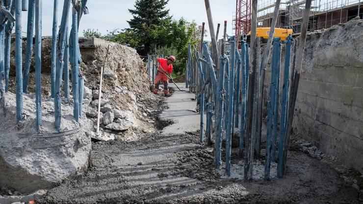 Kräftige Armierungseisen werden die Brückenpfähle mit der Fahrbahnplatte der Brücke verbinden.