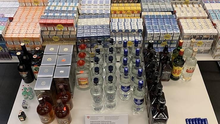 Fünf Schmuggler versuchten 70'000 Zigaretten und 50 Liter Hochprozentiges unverzollt in die Schweiz einzuführen.