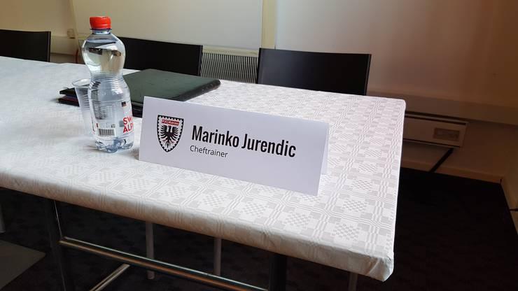 Die Bestätigung am frühen Morgen: das Namensschild des neuen FCA-Trainers Marinko Jurendic