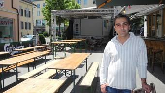 Mehmet Polat, Inhaber des «Baracoa» Grenchen, freut sich auf viele Fussballfans vor und in seinem Lokal.