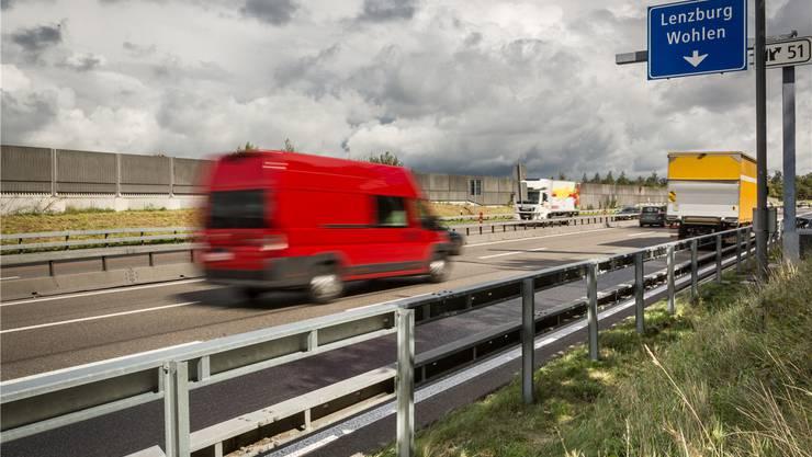 Die blaue Tafel zeigt: Schon mehrere hundert Meter vor dem Anschluss Lenzburg können Autofahrer nach rechts auf den Pannenstreifen schwenken. Chris Iseli
