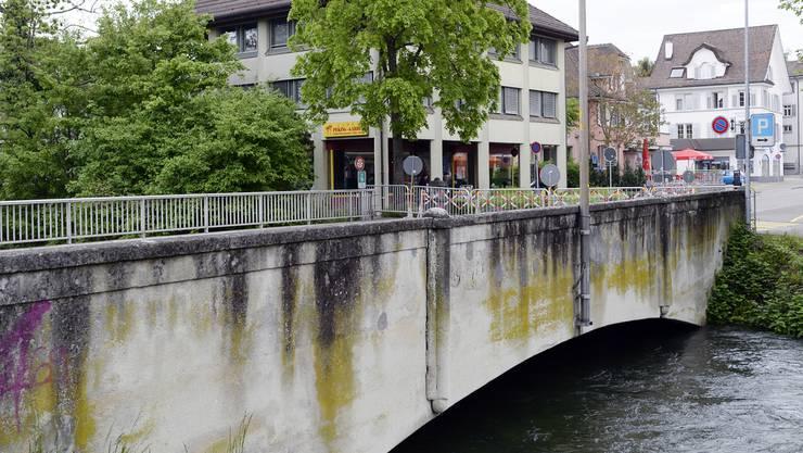 Fussgänger können die Glattbrücke wieder überqueren, Autos und Busse allerdings nicht - wegen Bauarbeiten.