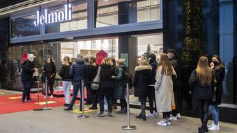 Shopping bleibt ein Publikumsmagnet: Menschen stehen vor dem Warenhaus Jelmoli in Zürich Schlange (Samstag, 19. Dezember 2020).