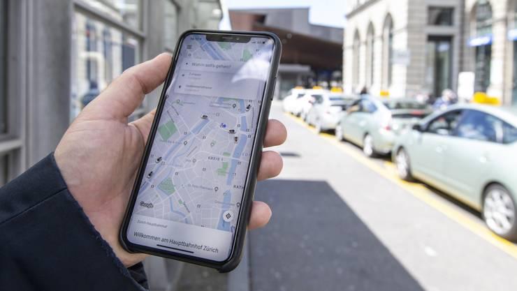 Mittels Uber-App sehen Kunden direkt, welche Uber-Taxis gerade in der Nähe sind (wie auf dem Bild am Donnerstag am Zürcher Hauptbahnhof). Herkömmliche Taxis haben mit einer eigenen App reagiert.