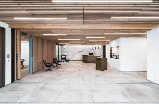 Das Sitzungszimmer bietet Platz für sechs bis acht Personen. Kein Vergleich zum früheren, engeren Schalterbereich: So präsentiert sich die grosszügige Kundenhalle.