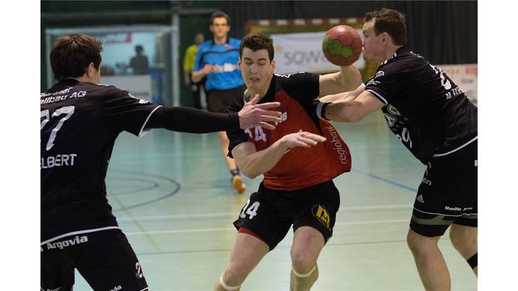 Solothurns Alain Blaser (M) im Kampf um den Ball gegen Aaraus Mark Schelbert (L) und Mischa Kaufmann.