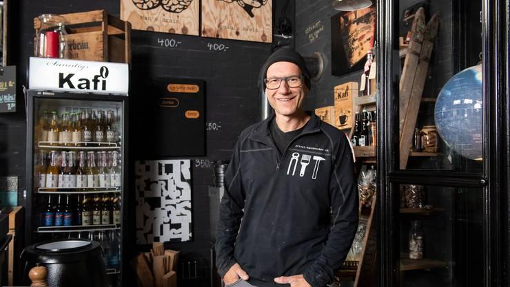 Kunst, Kaffee und Arbeitskleider: Christoph Steinemann alias Stoneman im Sunntigs-Kafi, seinem Reich in Vogelsang.