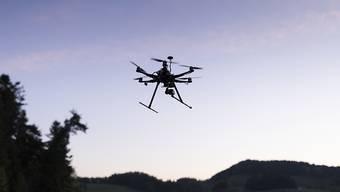 Immer mehr Drohnen steigen in den Himmel - so viele, dass es neue Regeln braucht. Der Bundesrat ist daran, ein entsprechendes Gesetz auszuarbeiten. (Archivbild)