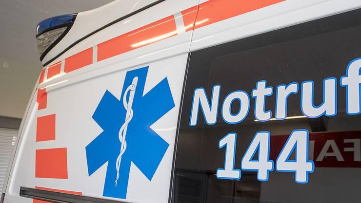 Eine Frau musste nach einem Sturz beim Bahnhof Adliswil ins Spital gebracht werden. (Symbolbild)