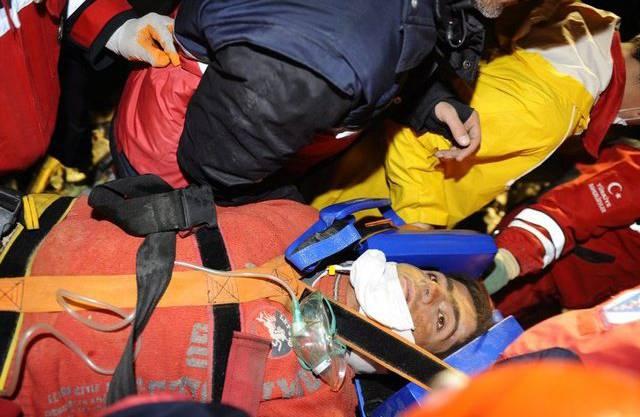 Retter bergen einen jungen Mann, der über 100 Stunden verschüttet überlebte
