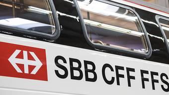 Die SBB verschieben laut einem Zeitungsbericht nicht so viel Personal im Personenverkehr, wie ursprünglich geplant gewesen war. (Archivbild)
