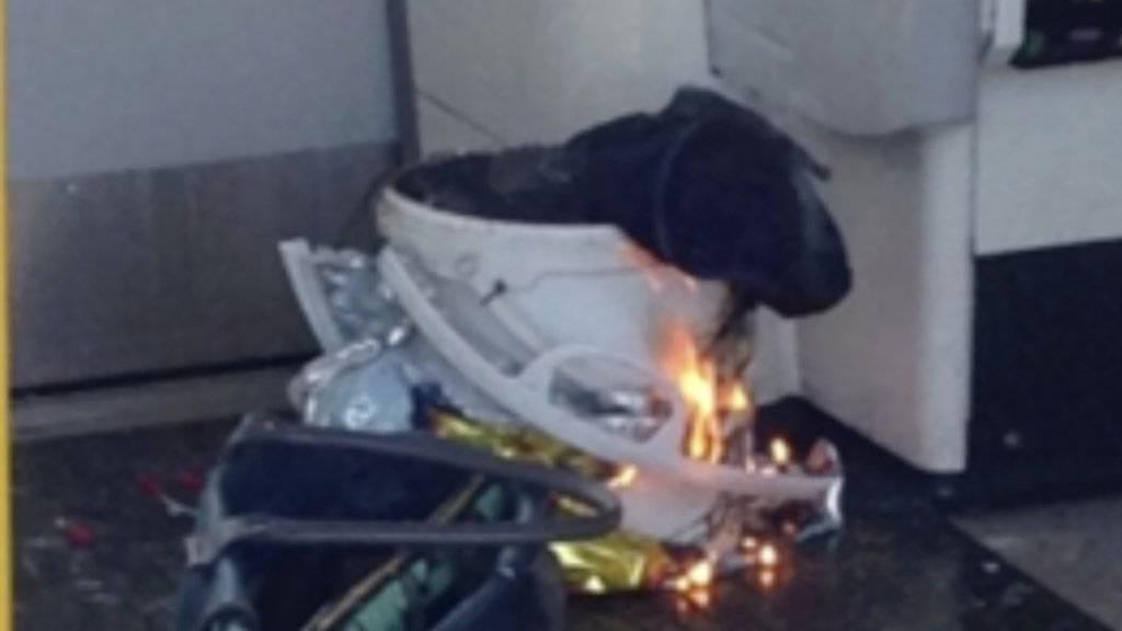 In einem Wagen der Londoner U-Bahn hat es eine Explosion gegeben; Ursprung der Explosion soll dieser weisse Eimer sein.