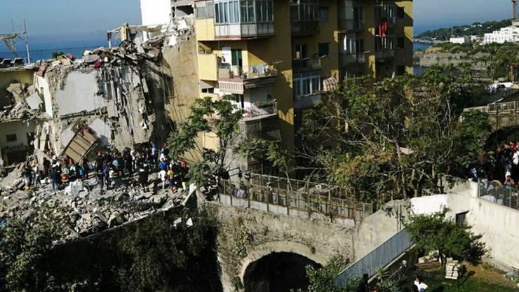 Rettungskräfte suchen in den Trümmern nach Überlebenden. Teile des Wohnblocks in Torre Annunziata bei Neapel waren am Freitagmorgen eingestürzt.