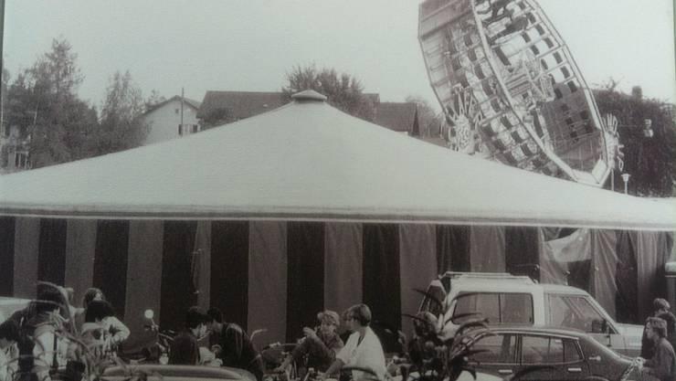 1980 befand sich ein Teil der Chilbi Schlieren noch auf dem Platz beim Zentrum Spitzacker. Mittlerweile findet der Anlass auf dem Mehrzweckplatz Zwischenbächen statt.