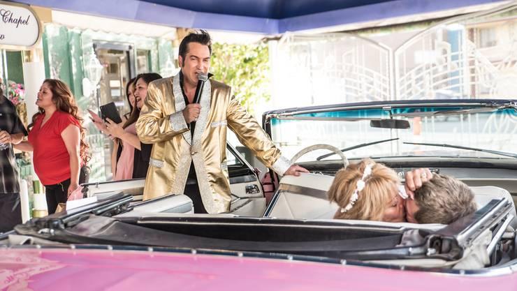 Regina und Joe reisten nach Las Vegas, um sich hier bei einer Drive-Thru-Hochzeit von Jesse Garon trauenzu lassen. Er ist der echteste aller falschen Elvisse.