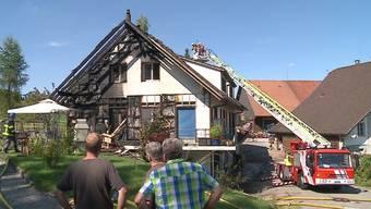 Grossbrand in Sins rief über 100 Feuerwehrleute auf den Plan.