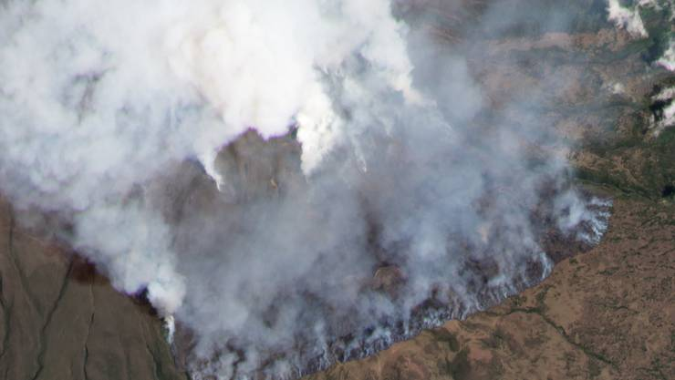 HANDOUT - Rauchschwaden steigen von der Südflanke des Kilimandscharos hoch. Foto: Planet Labs Inc./dpa - ACHTUNG: Nur zur redaktionellen Verwendung und nur mit vollständiger Nennung des vorstehenden Credits