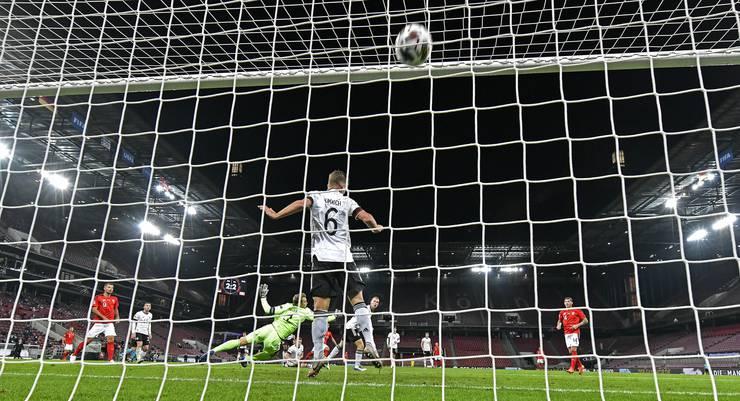 Tor 2 gegen Deutschland: Mit einem Knaller unter die Latte.